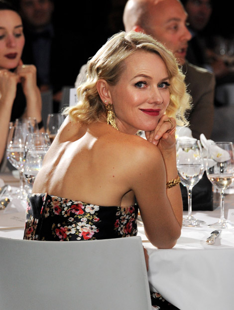Naomi Watts has Old Hollywood allure hair & makeup to compliment her styling