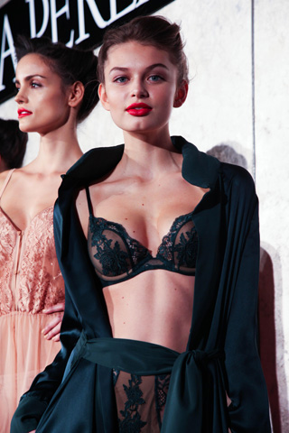 How to accentuate cleavage- LA PERLA Fall 2013 Presentation