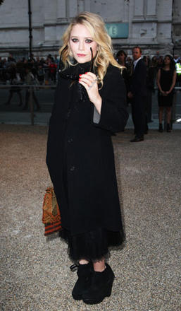 Mary_Kate Olsen dressed in Burberry arrives at the Burberry Sp10 fashion show, London